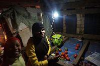 Erleuchtet: Mitglieder einer Testfamilie in Tansania.