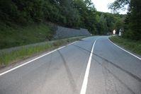 Über den Fuß- und Fahrradweg hinaus schleuderte der Wagen gegen die schwere Stein-Gambionen-Wand. Bild: Polizei