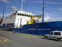 Die 1982 in Finnland gebaute Akademik Shokalskiy ist ein eisverstärktes Kreuzfahrtschiff der Akademik-Shuleykin-Klasse, das nach dem russischen Ozeanografen Juli Michailowitsch Schokalski benannt wurde.