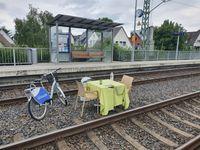 Fahrrad, Tisch und Stühle auf den Gleisen am Haltepunkt Kassel-Jungfernkopf; Bild: Bundespolizei
