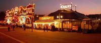 Eingangsportal, Kasse und Zirkuszelt des Circus Krone Bild: AxelHH / de.wikipedia.org