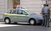 Guardia di Finanza vor einem Geschäftsgebäude in Rom (Symbolbild)