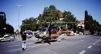 """""""Christoph München"""" bei einem Einsatz im Jahr 2000 mit Landung auf dem Goetheplatz in München.  Bild: DRF Luftrettung Fotograf: DRF Luftrettung"""