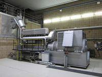 Stationäres Notstromaggregat: elektrischer Generator rechts, links der Schiffsdieselmotor