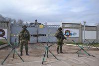 Krim: Unbekannte mutmaßlich prorussische Sicherheitskräfte blockieren den ukrainischen Militärstützpunkt in Perewalne am 9. März 2014