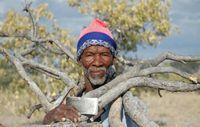 Buschleute werden verhaftet, obwohl ihnen das Recht zusteht, in der Kalahari zu leben und zu jagen. Bild: Survival
