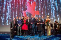 """Der Vorstandsvorsitzende der Spielwarenmesse eG, Ernst Kick, freut sich mit den ToyAward-Gewinnern 2017. Bild: """"obs/Spielwarenmesse eG/Alex Schelbert"""""""