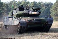 Kampfpanzer Leopard 2A7V fährt bei der taktischen Einsatzprüfung auf dem Truppenübungsplatz Senne bei Augustdorf. / Bild: Bundeswehr/Michel Baldus Fotograf: Michel Baldus