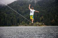 """HD+ Testimonial Alex Schulz hat seinen im Rahmen der """"Mission: HD für Helgoland"""" - Kampagne aufgestellten Weltrekord im Slacklinen über Wasser gebrochen: Am Eibsee hat er 320 Meter über Wasser zurückgelegt. Bild: """"obs/HD PLUS GmbH/Johannes Olszewski/HD PLUS GmbH"""""""