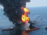 Deepwater Horizon war eine Ölbohrplattform  im Golf von Mexiko. Am 22. April 2010, zwei Tage nach einer Explosion, sank sie ins Meer und verursachte eine schwere Ölpest. Die Plattform war 2001 gebaut worden, die Firma Transocean betrieb sie im Auftrag von BP für Ölbohrungen in rund 1500 Meter tiefen Gewässern. Bild: de.wikipedia.org
