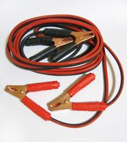 nicht DIN-konformes, älteres Starthilfekabel für sehr kleine Motoren (12V, 50 A, 3mm², 3,5m), bei dem die Polzangen-Backen noch freiliegen (Symbolbild)