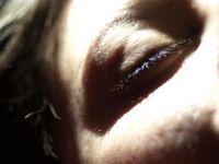 Geschlossenes Auge: Schlaf hilft uns, Kraft zu sammeln. Bild: pixelio.de, Jurek