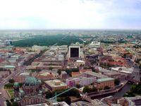 Blick vom Berliner Fernsehturm: im Vordergrund die Museumsinsel mit Berliner Dom (links mit grüner Kuppel)