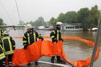 Ölfilm auf Wasser im Hafen von Weener