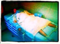 Ein Mensch der gegen seinen Willen festgebunden und mit Drogen versehen wird in einer forensischen Psychatrie (Symbolbild)