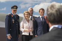 Der Inpsekteur der Luftwaffe Generalleutnant Ingo Gerhartz, Verteidigungsminiterin Dr. Ursula von der Leyen und der französische Präsident Emmanuel Macron nach der Unterzeichnung der Entwicklkungsvereinbarung - FCAS (Future Combat Air System) und NGWS (New Generation Weapon System) -  bei der Air Show Le Bourget Paris, am 17.06.2019.