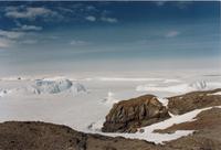 Eis und Felsaufschluss in der Antarktis