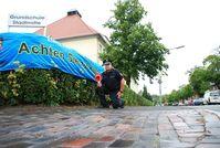 Polizeioberkommissar Thorsten Feyen (auf dem Bild an der Grundschule Stadtmitte in Wilhelmshaven) ist einer der zahlreichen Polizeibeamten, die in den ersten Wochen in den Städten Wilhelmshaven, Jever und Varel intensive Schulwegüberwachungsmaßnahmen durchführen werden.