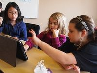 Schüler mit Tablets: Lernerfolg umstritten. Bild: flickr.com/flickingerbrad