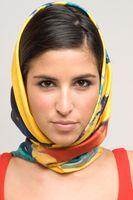 Als Kopftuch getragener Seidenschal (in Dubai)