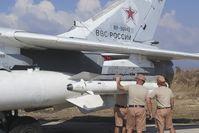 Techniker überprüfen eine Ch-25 an einer Su-24 im Syrischen Bürgerkrieg im Oktober 2015