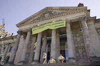 """Greenpeace-Banner oben am Reichstag in Berlin. Unter der Inschrift """"Dem deutschen Volke"""" steht jetzt """"... eine Zukunft ohne Atomkraft"""". Bild: Greenpeace"""