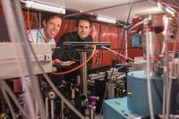 Simon Stellmer (l) und Thorsten Schumm (r) im Labor an der TU Wien Quelle: TU Wien (idw)