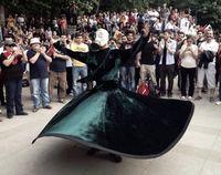 Ein protestierender Mevlevi-Derwisch mit Gasmaske in Ankara.