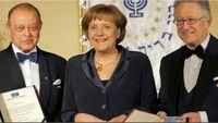 """Foto mit Seltenheitswert: Bundeskanzlerin Angela Merkel wird am 11. März 2008 in Berlin mit dem B'nai B'rith """"Europe Award of Merit"""" ausgezeichnet, einem Preis, der laut Auskunft der Organisatoren, nur an """"Juden"""" vergeben wird."""