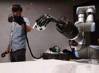 Teleoperation: Handschuh steuert Roboterhand.