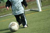 Sportplatz, Fußball, Kind (Symbolbild)