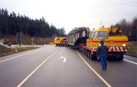 Schwerlasttransport eines Transformators mit ca. 300t, bahnkompatible Tragschnäbel auf zwei Zugmaschinen (Symbolbild)