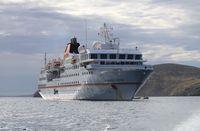 Die Hanseatic vor Anker bei New Island/Falklandinseln