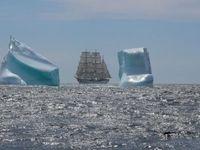Auf ihrer 147.Auslandsausbildungsreise trifft das Segelschulschiff GORCH FOCK vor Neufundland auf Eisberge. Bild: Ricarda Schönbrodt / Marine