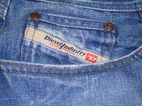 """Schriftzug """"Diesel Industry"""" auf der Tasche einer Jeanshose"""