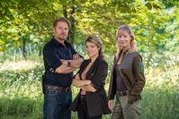 Die Kommissare Robert Winkler (Kai Scheve) und Karina Szabo (Lara Mandoki) sowie Försterin Saskia Bergelt (Teresa Weißbach). Bild: ZDF und Michael Rahn Fotograf: Michael Rahn