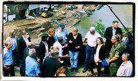 Bundeskanzlerin Angela Merkel (3. v. l., 1. Reihe) und die rheinland-pfälzische Ministerpräsidentin Malu Dreyer (5. v.rl., 1. Reihe) sprechen bei ihrem Besuch in den vom Hochwasser betroffenen Gebieten mit Betroffenen. Bild: Eigenes Werk /SB