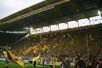 """Signal Iduna Park: Die Südtribüne mit """"Gelbe Wand""""-Banner 2010"""