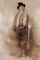 Henry McCarty, auch William H. Bonney, Henry Antrim oder auch Kid Antrim (* vermutlich 23. November 1859 in New York oder Indiana; † 14. Juli 1881 in Fort Sumner, New Mexico), besser bekannt als Billy the Kid, ist eine der bekanntesten legendären Figuren der Westerngeschichte. Quelle: de.wikipedia.org