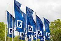Fahnen der Deutschen Bank: Konzern will Millionen zurück. Bild: db.com