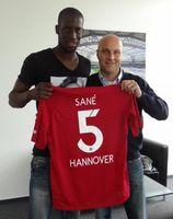 """Salif Sané und Dirk Dufner nach der Vertragsunterzeichnung. Bild: """"obs/Hannover 96 GmbH & Co. KGaA"""""""