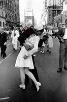 """Ein unvergesslicher Moment - der Kuss von damals ist bis in die Gegenwart eine der größten Bildikonen. Bild: """"obs/Kodak Alaris/dpa Picture Alliance"""""""