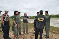 José Carlos Meirelles und brasilianische Polizisten an FUNAIs abgelegenem Wachposten am Envira-Fluss. Der Posten wurde wahrscheinlich von Drogenschmugglern überfallen. Bild: Maria Emília Coelho/Survival