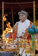 Ihre Heiligkeit Shinso Ito bei der Saisho Goma Zeremonie des buddhistischen Ordens Shinyo-En. Bild: obs/Shinnyo-En Deutschland / Carsten Koall