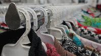 Kleiderbügel in einem Modegeschäft (Symbolbild)