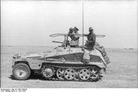 """Rommel in seinem Befehlsfahrzeug """"Greif"""", Aufnahme der Propagandakompanie der Wehrmacht, Juni 1942."""