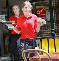 Kellnerinnen in Rot: beste Aussicht auf Trinkgeld.Bild: Flickr/Benson