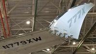Boeing hat sich beim Design der 777X statt Winglets für eine um sieben Meter vergrößerte Spannweite entschieden, um im Betrieb Treibstoff zu sparen. Damit die Maschine mit dieser Spannweite auf die genormten Stellplätze der Gates passt, können die Flügelspitzen hochgeklappt werden.