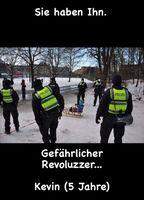 2020/2021: Polizisten jagen Kinder die schlittenfahren oder Geburstag feiern (Symbolbild)