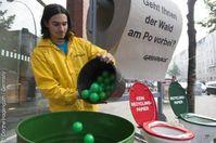 Die Aktivisten sammeln die bei der Wahl abgegebenen grünen (Recyclingpapier) und braunen (kein Recyclingpapier) Bälle in Tonnen, um das Konsumverhalten der Hamburger zu messen. Bild: © Dörthe Hagenguth / Germany